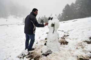 Se han registrado nevadas en la Sierra de Arteaga, en el estado de Coahuila, por lo que algunos caminos congelados han sido cerrados de manera preventiva.