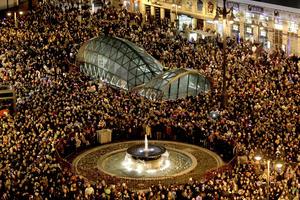 Miles de personas se dieron cita en la madrileña Puerta del Sol para dar la bienvenida al nuevo año.