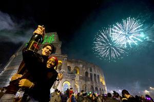 Italianos recibieron el 2014 celebrando a las afueras del Coliseo.