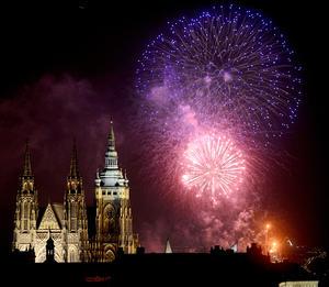 Fuegos artificiales se presenciaron en el Castillo de Praga como parte de las celebraciones de Año Nuevo.