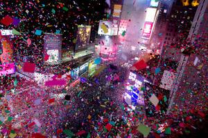 La emblemática plaza neoyorquina de Times Square, entre las risas y los gritos de alegría de más de un millón de personas, presenció otro año más la caída de la bola de cristal para dar la bienvenida a 2014.