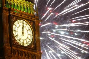 Un espectáculo de pirotecnia alumbró el Big Ben en Londres en la llegada del 2014.