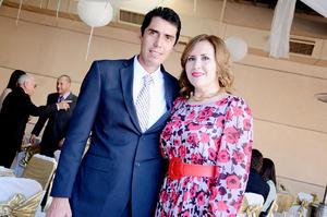ASISTEN A UNA COMIDA.  Sergio Rocha y Lupita de Rocha.