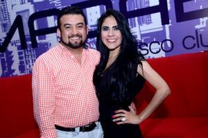 PAREJA.  Vicente y Karen.
