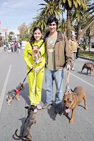 Andrea, Ricardo y sus mascotas.