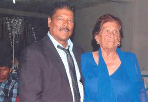 Sr. Roberto González M. y doña Nachita Montelongo de González en alegre celebración.