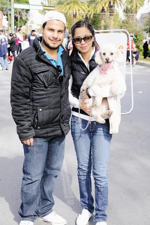 POSAN PARA EL SIGLO.  Miguel, Carolina y su mascota.
