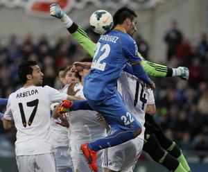 El arquero Diego López no permitió la entrada del esférico en su meta. En la imagen disputa un balón por el aire contra Juan Rodríguez.