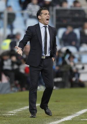 El entrenador del Getafe, Luis Garcia, pidiendo orden a su equipo.