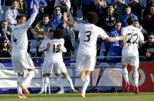 Real Madrid, obligado a ganar luego de las victorias de Barcelona y Atlético de Madrid, cumplió con su tarea tras imponerse 3-0 a Getafe.