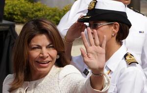 La presidenta de Costa Rica Laura Chichilla saluda a su llegada a la explanada de San Francisco en el Centro de Convenciones donde se realiza la Cumbre.