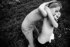 """Finalmente, cerramos con la imagen titulada """"Ich bin Waldviertel"""" realizada por la holandesa Carla Kogelman, que ha ganado el primer premio en la categoría Reportajes de Retratos de la 57ª edición del World Press Photo. Esta fotografía muestra a Hannah y Alena, dos hermanas que habitan en la localidad rural de Merkenbrechts (Austria)."""