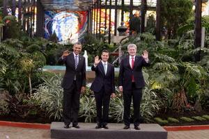 En el marco de la celebración de la Cumbre de Líderes de América del Norte, los presidentes Enrique Peña Nieto, Barack Obama y el primer ministro de Canadá, Stephen Harper, se tomaron la fotografía oficial.