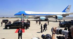 El Air Force One en el que viaja el presidente de Estados Unidos aterrizó en el Aeropuerto Internacional de Toluca en punto de las 12:00 horas.