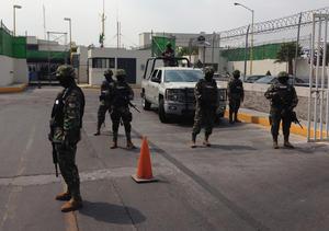 El narcotraficante fue traslado a la Ciudad de México en un hangar privado en el aeropuerto capitalino que, desde tempranas horas se vio fuertemente resguardado por fuerzas de seguridad.