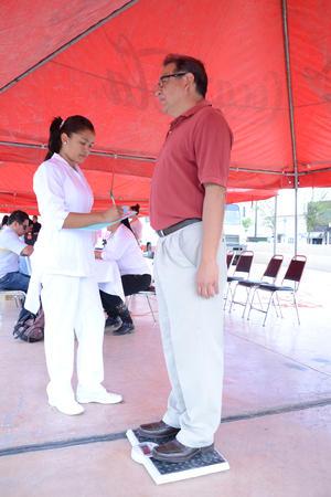 Los asistentes fueron pesados y medidos para obtener su índice de masa corporal y conocer si padecen obesidad.