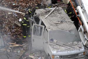 Fuentes han señalado que podría haberse tratado de una explosión de gas en un centro de belleza ubicado en ese edificio, por lo que autoridades han ordenado cortar el suministro.