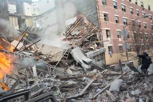Dos edificios de departamentos de cinco pisos colapsaron después de que se reportara una explosión en el barrio East Harlem en Manhattan, dejando dos personas fallecidas.