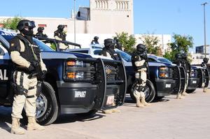La entrega de los automóviles y camionetas se realizó en la Plaza Mayor en Torreón.