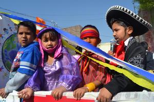 Más de 3 mil niños de Lerdo desfilaron en la calle Sarabia.