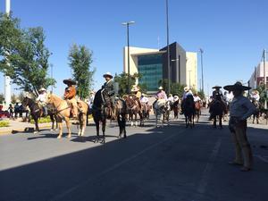 "En Torreón, participaron cerca de 100 jinetes, encabezados por el alcalde, Miguel Riquelme, quien admitió que no sabe montar a caballo pero aseguró que ""no me rajo""."