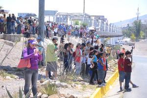 Cientos de laguneros se reunieron en el puente plateado para ver llegar a los dos contingentes.