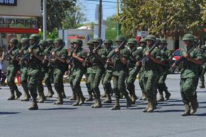 Militares recorrieron las calles de Gómez Palacio ante la admiración de los asistentes.