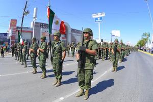 En Gómez Palacio el contingente contó con elementos del Ejército Mexicano y partió de la presidencia municipal rumbo al puente plateado.
