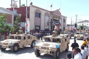 Militares. A bordo de los vehículos, los elementos del Ejército Mexicano dieron muestra de lo que significa entregarse a la Patria, llevándose la mayor ovación de los sampetrinos.