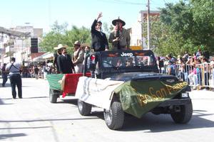 Conmemoración. Maestros y estudiantes del Tecnológico de San Pedro, participaron también en el desfile y escenificaron 'La Toma de Chuihuahua'.