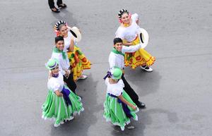 Coloridas vestimentas lucieron los participantes en el desfile.