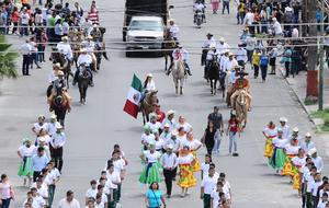 El centro de Torreón se llenó de color con el desfile Cívico-Militar.