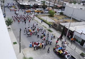 La avenida Matamoros fue el escenario por el que desfilaron militares, estudiantes y jinetes.