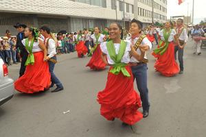 Jóvenes vestidos de revolucionarios realizaron bailables en el recorrido.