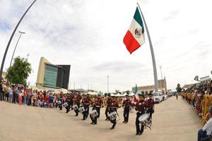 Un desfile cívico-militar recorrió hoy el Centro de esta ciudad para conmemorar los 100 años de la Toma de Torreón.