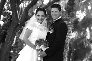 Luciendo muy enamorados el día de su boda: Alma Leticia Hernández Varela y Eugenio Antonio Villalobos González.