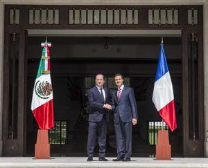 Tras la bienvenida, ambos presidentes se reunieron en Los Pinos.