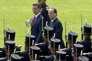 """Acompañado por su gabinete, el mandatario federal dio a nombre del pueblo y del Gobierno de México, la más cordial bienvenida al Presidente de la República Francesa y calificó como un """"alto honor recibirle este día, señor Presidente""""."""