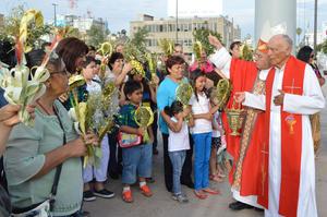 Monseñor José Guadalupe Galván Galindo, obispo de Torreón, bendijo las palmas como parte del acto religioso por el Domingo de Ramos.