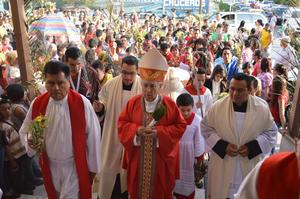Conmemoran la entrada de Jesús a Jerusalén; más de 200 personas se dieron en la Plaza Mayor de Torreón.