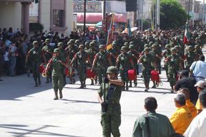 Patriotismo. En una verdadera fiesta de patriotismo, más de 20 mil sampetrinos salieron a las calles para presenciar el desfile Militar, en el marco de la celebración de la Toma de San Pedro.