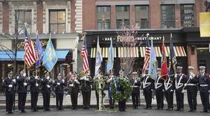 Cientos de personas recordaron el primer aniversario del atentado de la maratón de Boston, en el que fallecieron tres espectadores, con una ceremonia de homenaje.