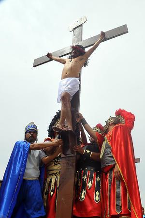 Finalmente, tras el recorrido y la crucifixión, Jesús murió.