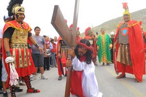 Los fieles laguneros acompañaron a Jesús en cada una de las estaciones.