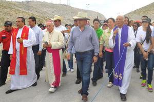 El obispo de Torreón, acompañado del alcalde hicieron un recorrido antes de que iniciara la procesión formal.
