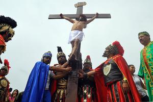 Cientos de laguneros se dieron cita hoy en el Cerro de las Noas, donde se escenificó la Pasión y muerte de Jesús el Cristo.