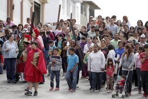Tijuana. Mujeres migrantes participan en el Viacrucis como símbolo de lo que viven para poder cruzar la frontera.