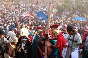 San Martín de las Flores.  Fieles católicos participaron ayer en la representación del Viacrucis en San Martín de las Flores, Jalisco.