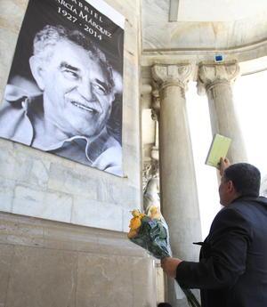 Una enorme fotografía de Gabo, como lo llamaban de cariño, fue colocada en el lugar y fue objeto de homenaje con las emblemáticas flores amarillas.