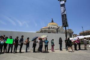 Desde tempranas horas, los admiradores del escritor y periodista empezaron a llegar a las inmediaciones del Palacio de Bellas Artes.